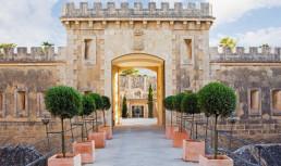 Представяме ви очарователният хотел Cap Rocat 4*- бивша военна крепост, разположена на най- изолираната част от залива на Палма де Майорка. Една невероятна смесица на спиращите дъха природни пейзажи и военна крепост насред тях. Напълно реставриран от архитекта Антонио Обрадор, без да променя уникалната му архитектура и естествената му красота, хотелa отваря врати за да ви посрещне и накара да усетите пълния релакс.